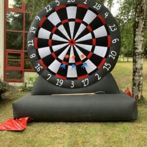 Location cible fléchette géante gonflable, location jeux forains et jeux de kermesse nantes 44, rennes 25, Angers 49, vendée 85
